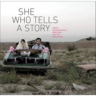 She Who Tells a Story: Women Photographers from Iran and the Arab World (BOK)